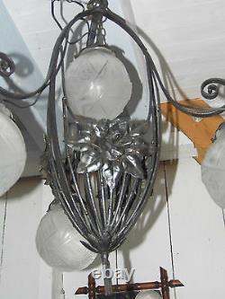 LUSTRE ART DÉCO MULLER FRERES LUNEVILLE, FER FORGE 4 tulipes/boules verre signé