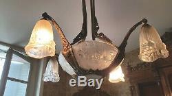Magnifique lustre Art Déco signé Gilles verre moulé et armature bronze nickelé