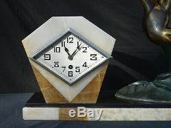 Pendule Art Déco en marbre et statut en régule signée I. Rochard
